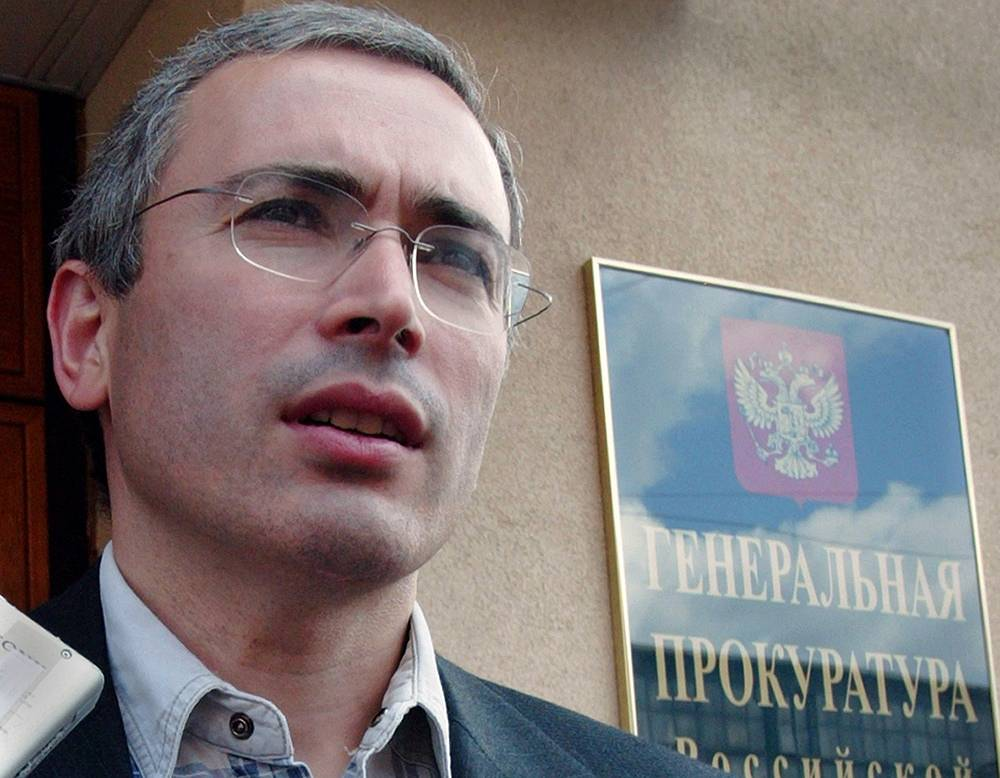 July 4, 2003. Mikhail Khodorkovsky near the Prosecutor General's Office, where he has been interrogated for nearly 2 hours