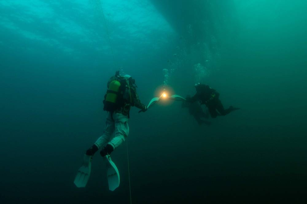 Olympic torch under water in the world's deepest Baikal lake