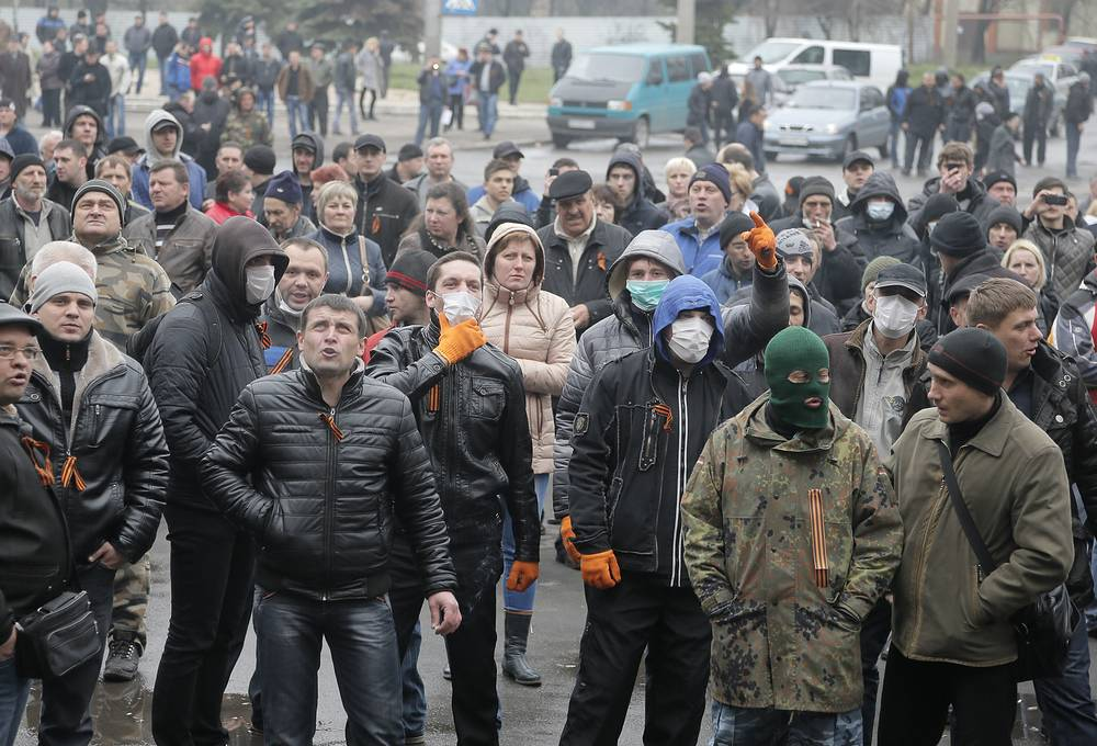 Protesters at the police station in the eastern Ukrainian town of Horlivka