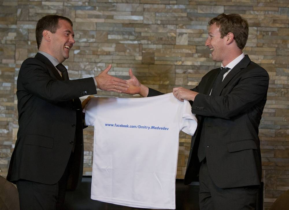 Facebook founder gave the Russian politician a T-shirt with the address of his account on Facebook