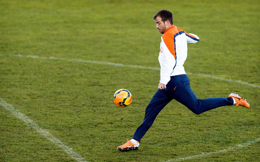 Rafael van der Vaart won't be able to help the Netherlands due to a knee injury
