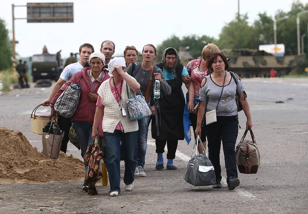 Refugees leaving Metallist settlement near Luhansk