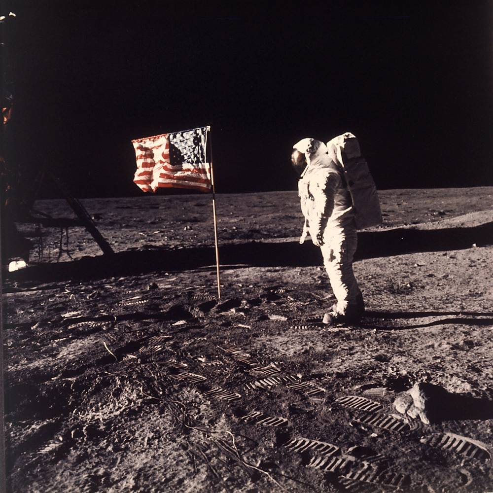 The American flag has 13 horizontal stripes representing the 13 British colonies that declared independence from Great Britain becoming the first states, and 50 stars representing the 50 states of the USA. Photo: US flag on the moon