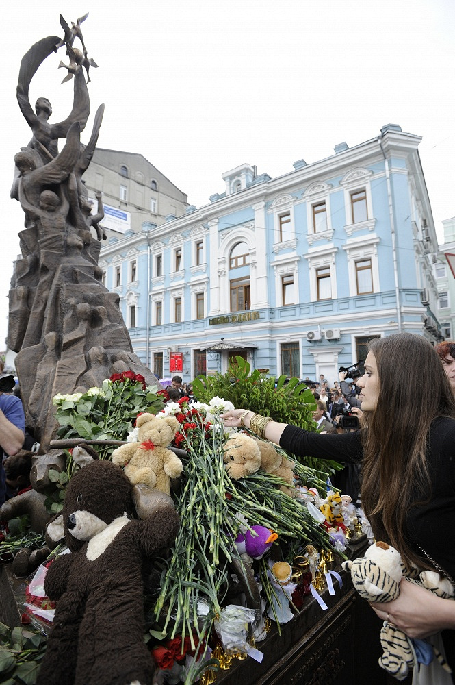 People lay flowers to the monument to the 2004 Beslan school siege victims. Moscow, 2010