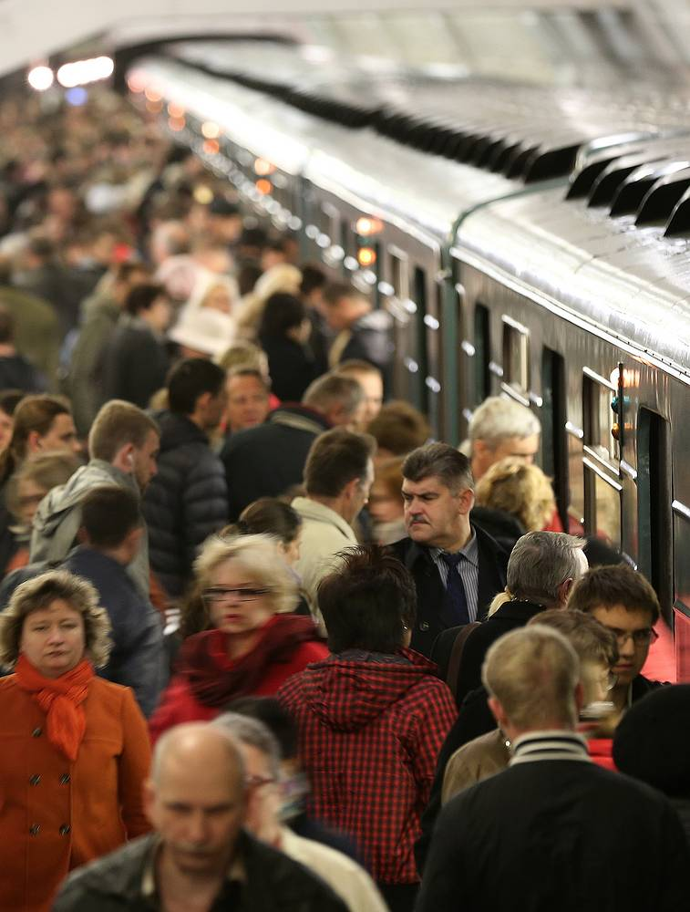 It is the world's fourth most heavily used (by annual ridership in 2013) rapid transit system outside of Asia. Photo: People queue to get on a train on a Moscow metro station in rush hour