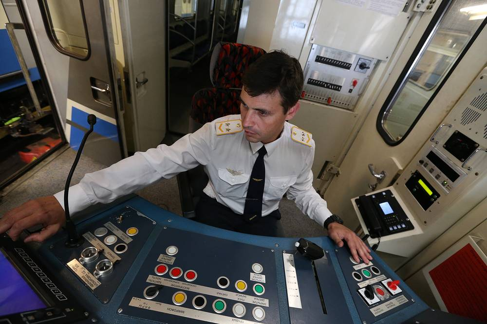 As of 2017, the Moscow Metro excluding the Moscow Central Circle has 206 stations and its route length is 339.1 km. Photo: A driver in the cab of a train at Varshavskoye Depot on Serpukhovsko-Timiryazevskaya Line of the Moscow Metro