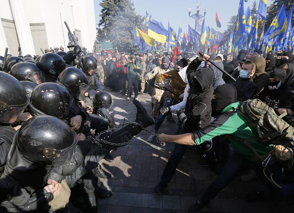 Photo: Police clash with demonstrators outside parliament in Kiev, Ukraine, October 14, 2014