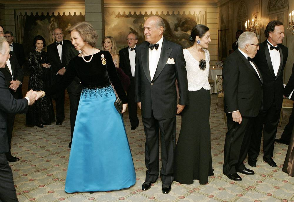 Photo: Queen Sofia of Spain, Oscar de la Renta, center, Beatrice Santo Domingo, Dr. Henry Kissinger and Julio Iglesias at the 2005 Gold Medal Gala held by the Queen Sofia Spanish Institute, New York, November 28, 2005