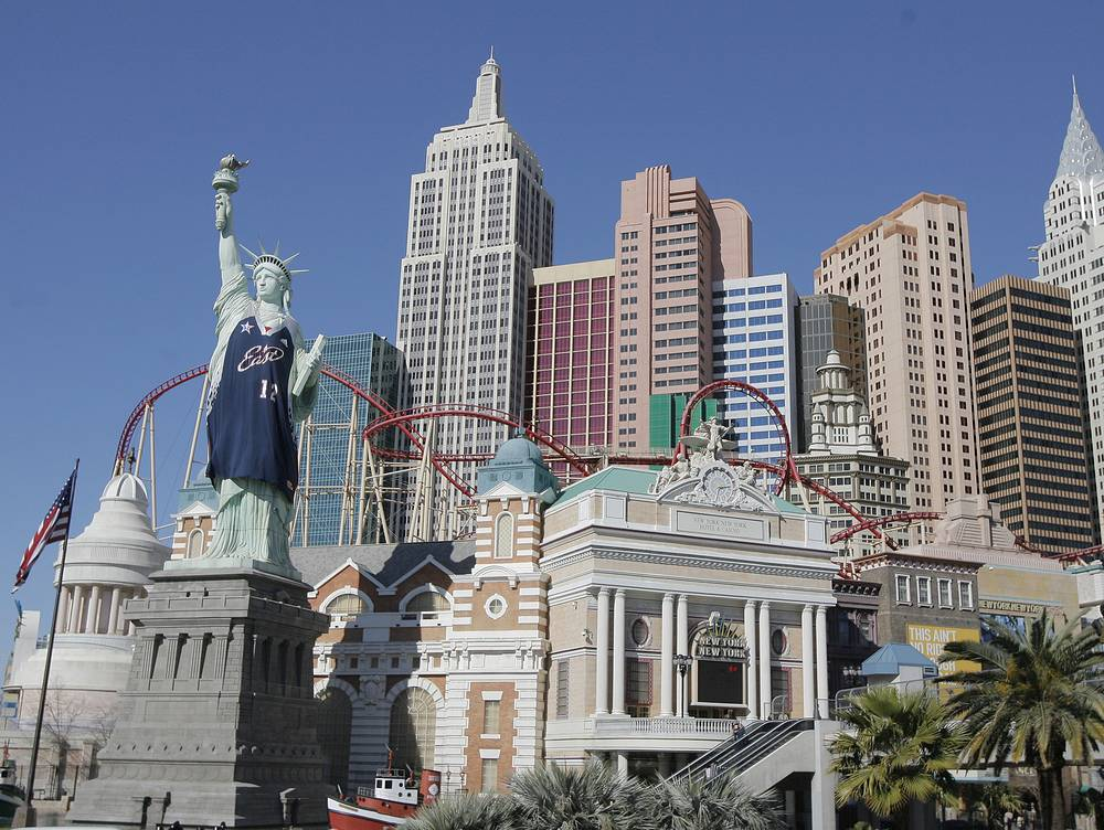 Hundreds of replicas of the Statue of Liberty are displayed worldwide. Photo: A replica of the Statue of Liberty is draped with a new NBA All-Star basketball jersey at New York New York hotel-casino in Las Vegas, Februart 14, 2007