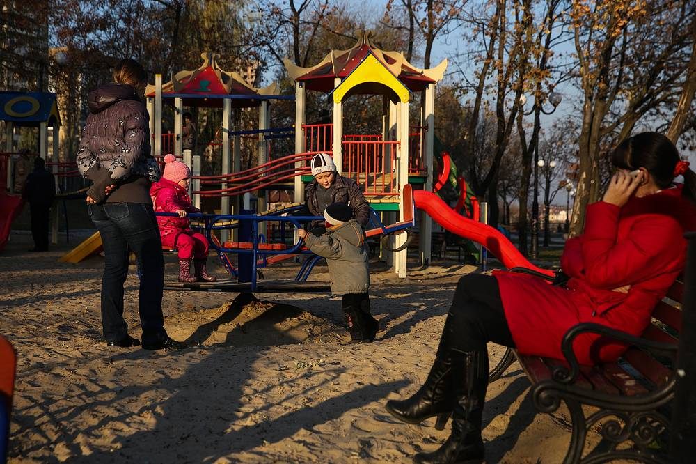 On November 5, Kiev announced plans to give up social payments to residents living in the self-proclaimed Donetsk and Luhansk People's Republics. Photo: Children and parents on a playground in Donetsk