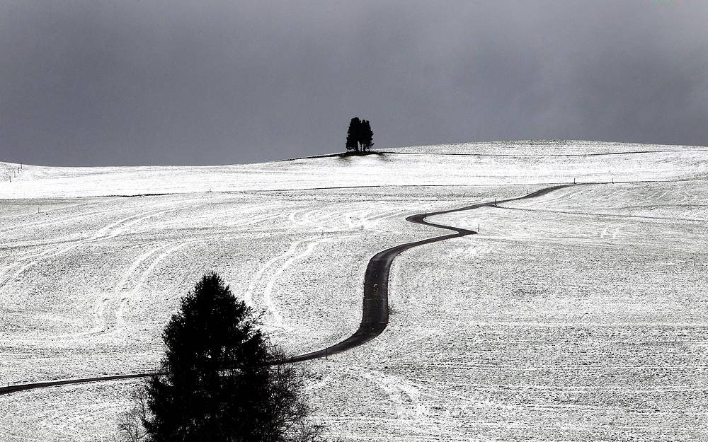 Photo: A road leads through a snow-covered landscape near Rettenbach, Germany, 18 November 2014. First snowfalls are heralding the start of the winter season in this region of the German Bavaria state