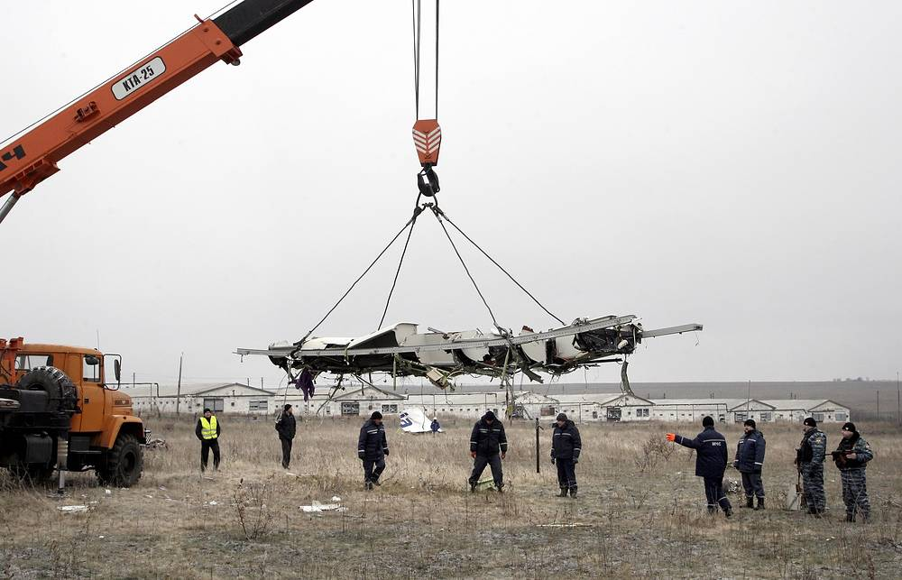 Photo: Removal of parts of the wreckage of Malaysia Airlines passenger jet MH17 at the crash site
