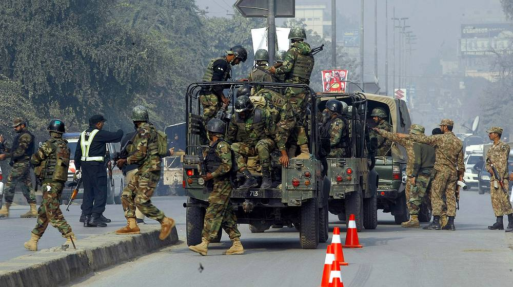 Taliban gunmen stormed a military school in the northwestern Pakistani city, killing and wounding dozens. Photo: Pakistani army troops arrive to conduct an operation at a school under attack by Taliban gunmen in Peshawar, Pakistan, December 16, 2014