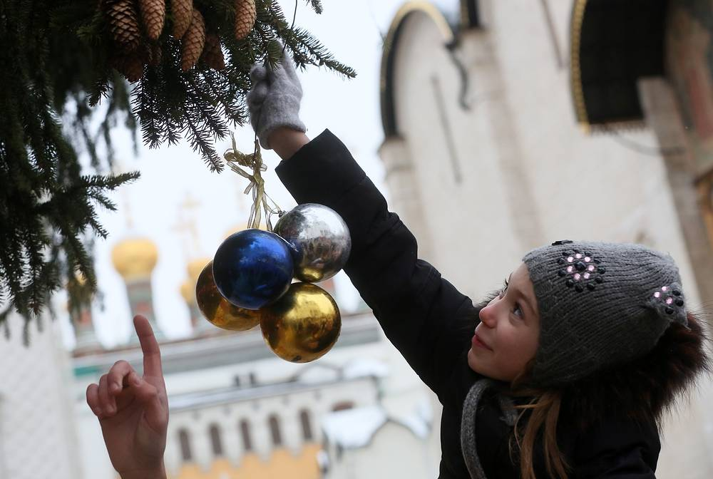 The colours of decorations used for the Kremlin's New Year tree are those of Russian tricolor flag