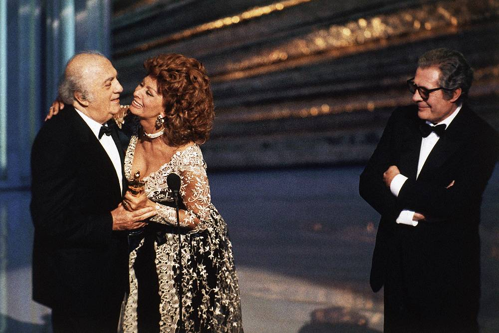 Federico Fellini holding his lifetime achievement Oscar, Italian actress Sophia Loren and Italian actor Marcello Mastroianni at the 65th Academy Awards show in Los Angeles, United States, 1993