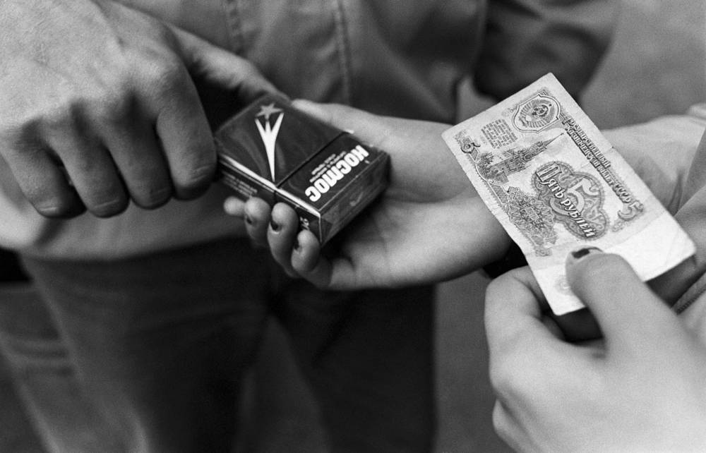 Sale of cigarettes during tobacco crisis, 1990