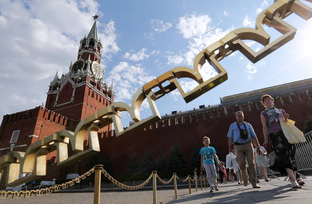 The height of the Spasskaya Towerwith the star is 71. Photo: Visitors at the Red Square, with Spasskaya Tower behind