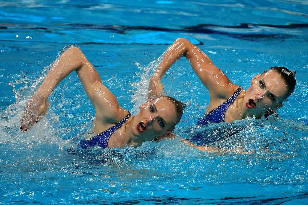 Russia's Natalya Ishchenko and Svetlana Romashina competing to win gold in the synchronised swimming ladies' duet free final, July 30