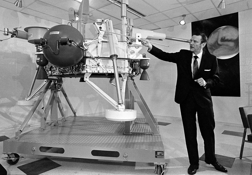 In 1975 NASA launched the Viking program consisted of two orbiters. The landers relayed the first color panoramas of Mars. Photo: Viking project director Albert J. Kullas explains the full scale model of the lander, 1971