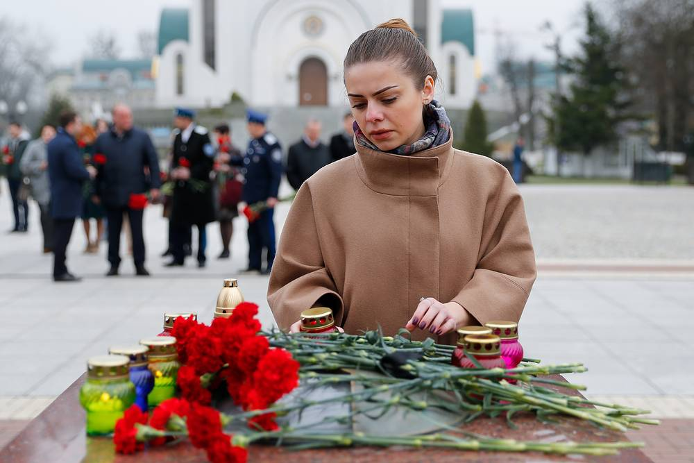 People lay flowers in memory of the St Petersburg Metro explosion victims in Kaliningrad