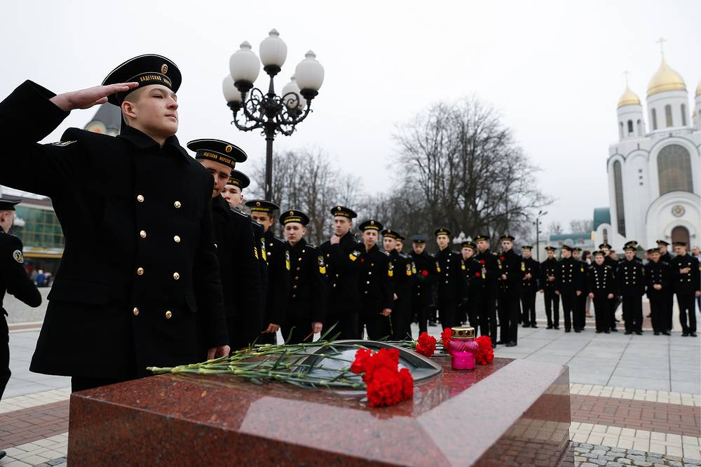 Cadets lay flowers in Podedy Square in Kaliningrad