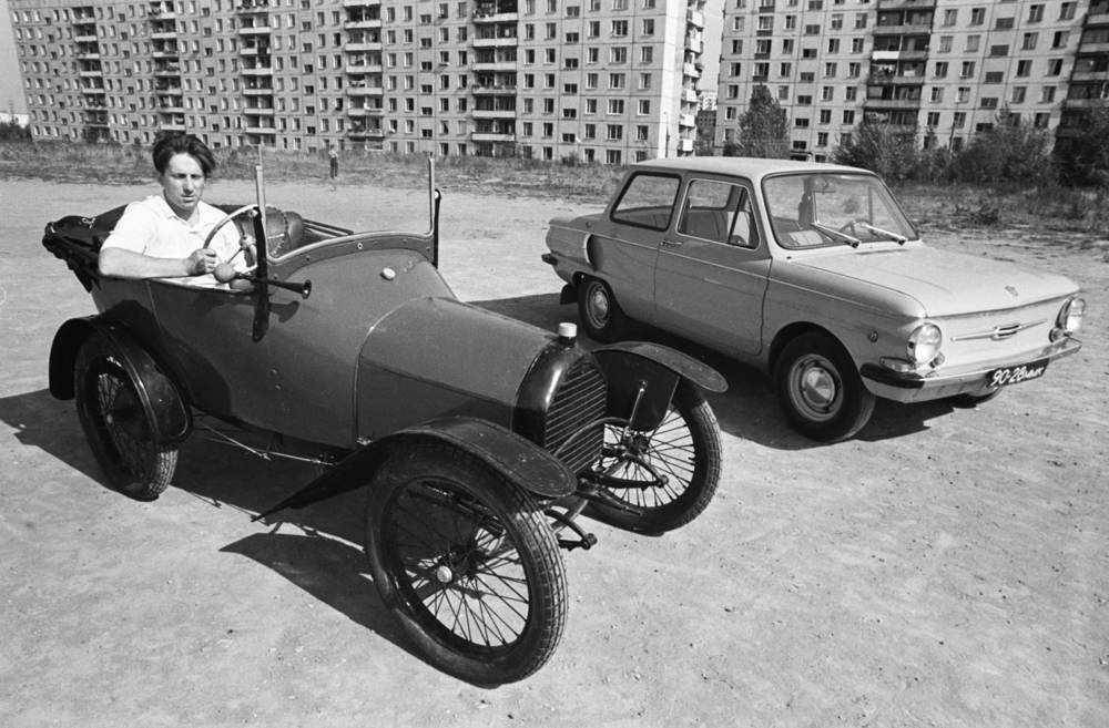 The car was designed and built from 1958 at the ZAZ factory in Soviet Ukraine. Photo: Vintage car of the 1920s and Zaporozhets, 1975
