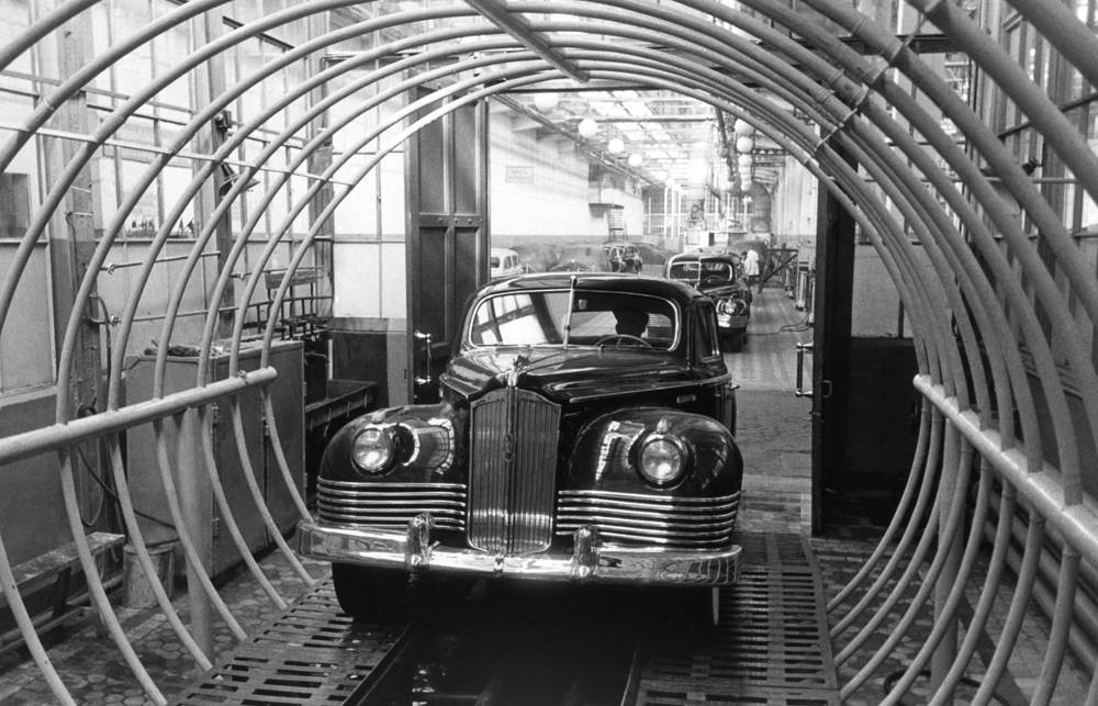 In 1916, the Moscow Automotive Society (AMO), more commonly called ZIL, was founded. Photo: A ZIS-100 car undergoes waterproof tests