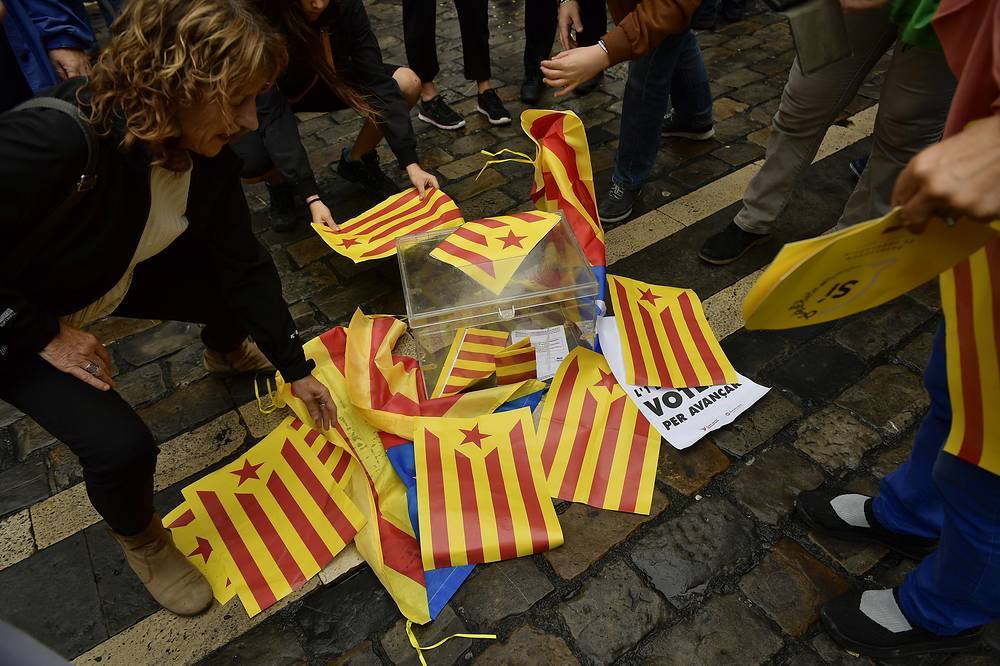 Pro independences supporters cover with ''esteleda'' or Catalan pro independence flags a mock ballot boxe in support of the Catalonia's secession referendum, in Pamplona, northern Spain