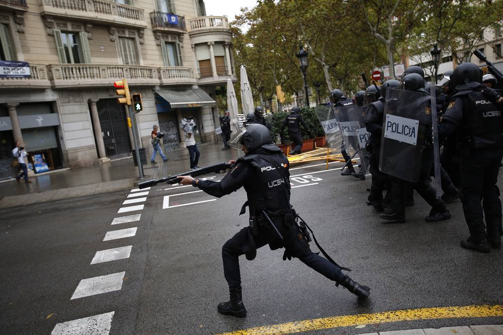 Spanish riot police shoots rubber bullet straight to people trying to reach a voting site in Barcelona