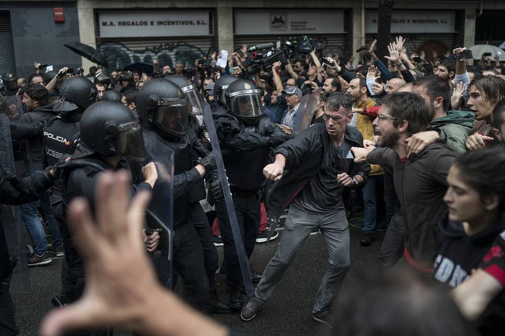People confronts Spanish riot police in Barcelona