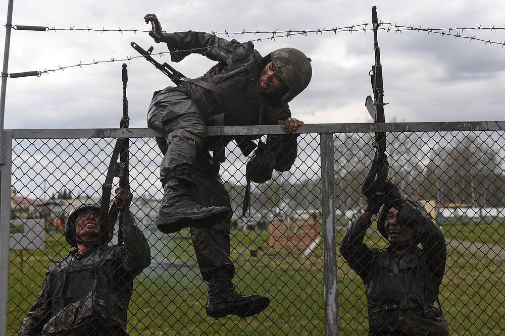 The combat course during the qualification tests for the right to bear a maroon beret