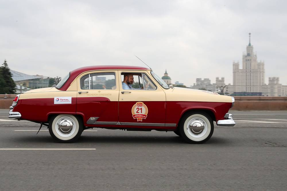 Volga GAZ-21 car on Bolshoi Moskvoretsky Bridge during the start of the 2018 GUM Gorkyclassic Motor Rally featuring classic cars