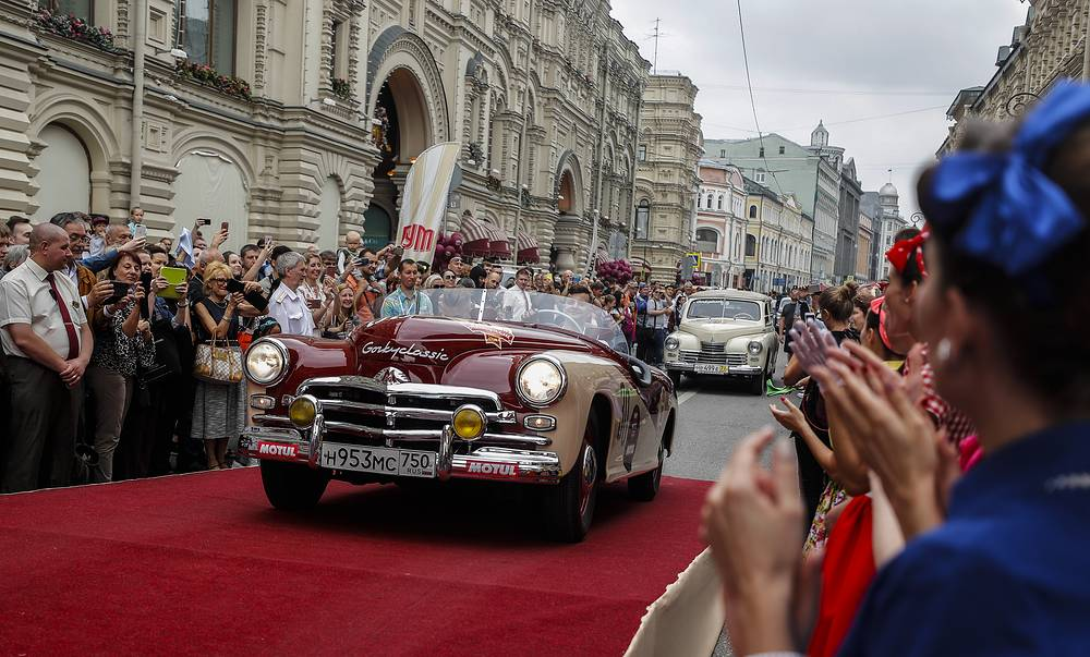Spectators welcome cars 'Pobeda-Sport' GAZ-M-20 and 'Pobeda' of GAZ-M-20B during the 2018 GUM Gorkyclassic Motor Rally in Moscow