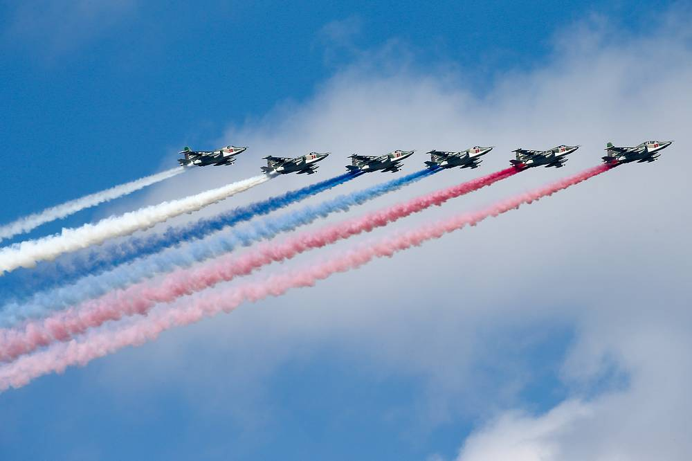 Sukhoi Su-25 jets leaving a trail in the Russian national colours
