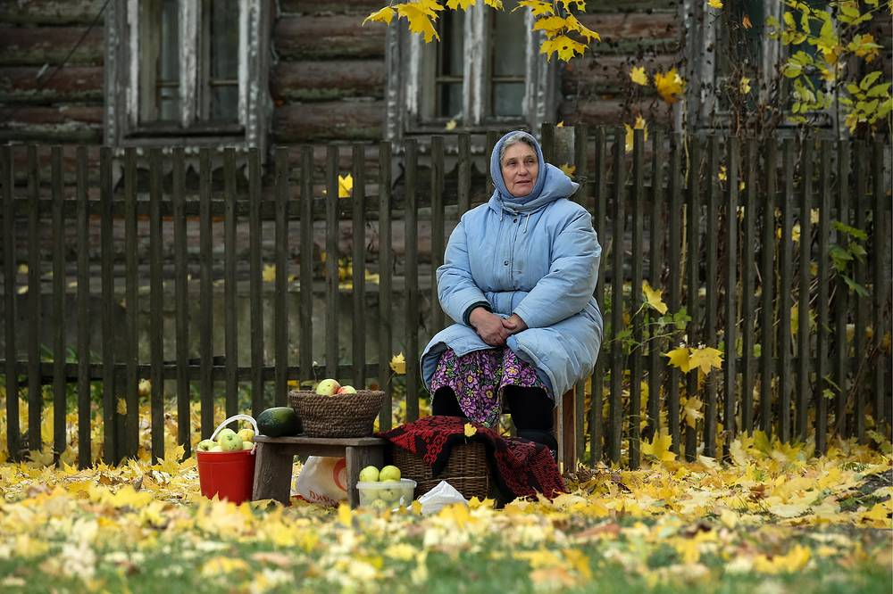A woman selling apples at the Sergei Yesenin State Museum-Reserve in the village of Konstantinovo, Ryazan region