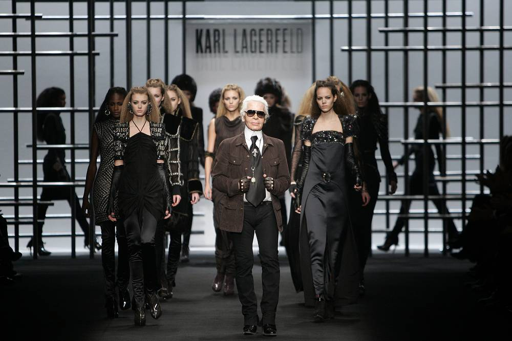 Karl Lagerfeld walks with models at the end of the presentation of Fall/Winter 2009/2010 collection in Paris, 2009
