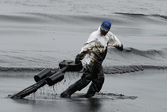 Cleanup efforts in Rayong province of Thailand after a 27 July 50-tonne oil spill from a tanker in Gulf of Thailand. July 30, 2013.