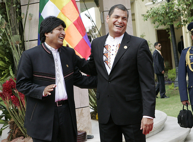 Bolivian President Evo Morales (left) and his counterpart of Ecuador Rafael Correa