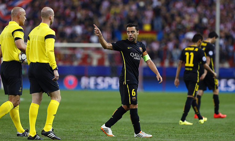 Barcelona's captain Xavi Hernandez (C) argues with English referee Howard Webb