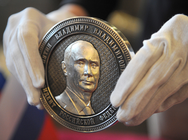 On the front side there is a bas-relief featuring President Putin