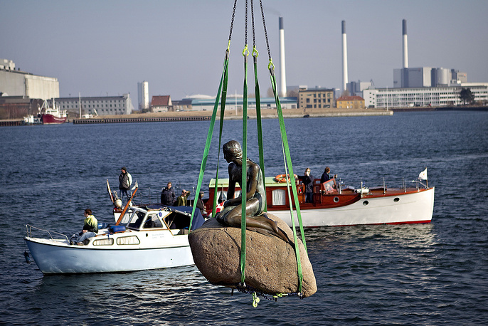 After all the acts of vandalism, in 2006 the authorities thought of moving the statue farther out into the harbour. Photo: The Little Mermaid hoisted from its place in Copenhagen to be transported to the World Expo 2010