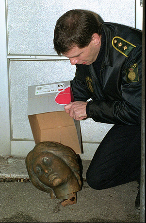 The head was returned anonymously to a nearby TV station. Photo: police officer prepares to put the decapitated head of Copenhagen's Little Mermaid in a box