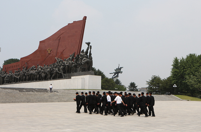 People come to Mansudae Hill in Pyongyang to lay flowers to the monuments of Kim Il Sung and Kim Jong-il