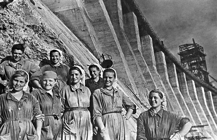 Young constructors of the Dnieper Hydroelectric Station, 1947