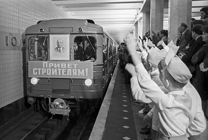 Welcoming the first train at the Kolomenskaya subway station, 1969