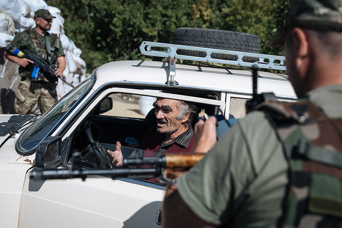 Some refugees are already returning home. Photo: a man stops his car at a checkpoint of the government forces