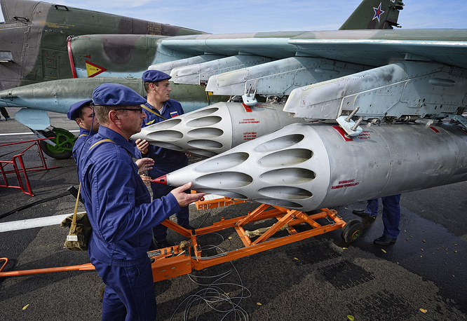 Over 100,000 servicemen, 1,500 tanks, 120 aircraft and up to 5,000 units of military hardware and 70 vessels took part in the drills. Photo: the crew prepares a Su-25 aircraft
