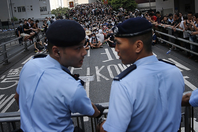 The protesters, the majority of whom are students, continue blocking the streets in several areas of Hong Kong and the Kowloon Peninsula, seriously disrupting the traffic