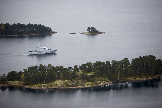 Sweden's military say an unknown submarine is staying neat Sweden's coast. Photo: Swedish Navy minesweeper HMS Koster patrols in the Stockholm Archipelago, Sweden, October 19 2014