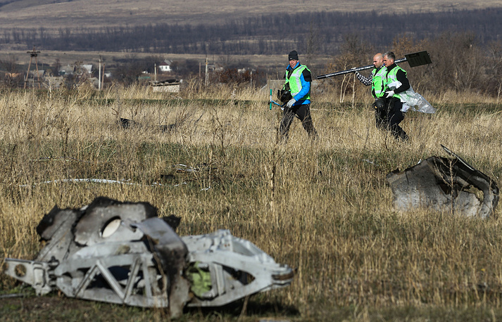 Photo: Investigators from the Netherlands and OSCE observers examine the wreckage of the Malaysia Airlines Flight MH17